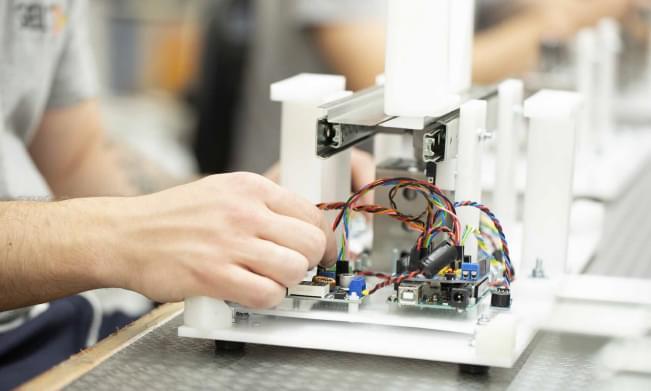 Trabalhador a colocar fios
